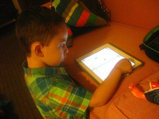 Hotel Geneve Ciudad de México: My son enjoying his Ipad games using the Hotel WiFi