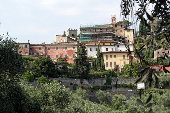 Villa Sermolli von der Zufahrtstraße her