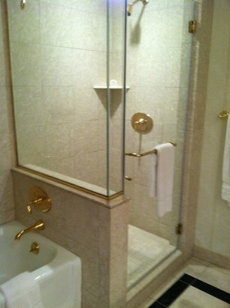 Market Pavilion Hotel: Bathroom 4th floor king room
