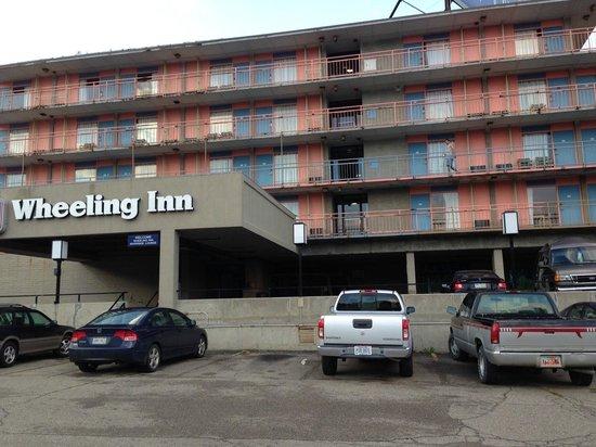 Knights Inn Wheeling: front view of motel...it doesn't get any better inside!