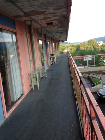Knights Inn Wheeling: Walkway to our room on the 2nd floor