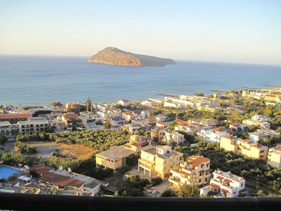 Vigli Restaurant: View of Platanias and the island