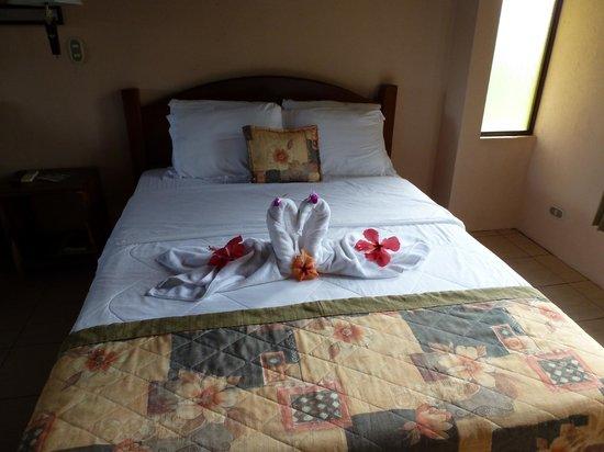Hotel Campo Verde: Artful towel and flower arrangement