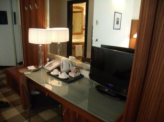 Starhotels Anderson: Chambre avec bon confort et TV avec plein de chaines.
