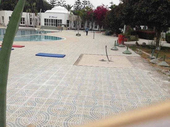 Hotel Le Tivoli : electric cable near swimming pool