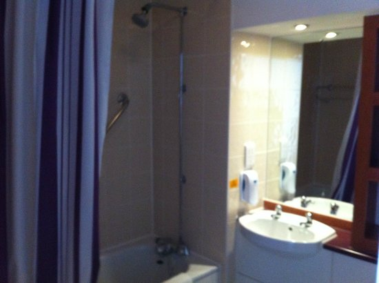 Premier Inn Tewkesbury Hotel: Banheiro