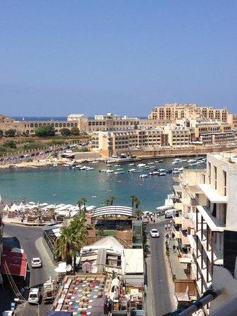 InterContinental Malta: vue de la piscine sur la plage privée de l hôtel