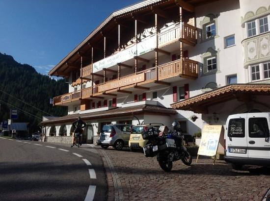 Hotel Bellavista: la mia moto davanti all'ingresso...