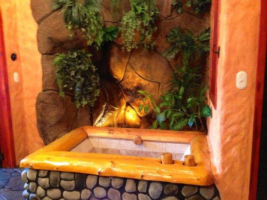 Peace Lodge: Bathtub in the room
