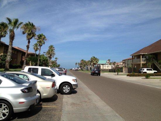 Tiki Vacation Condominiums: Road/walk to the beach