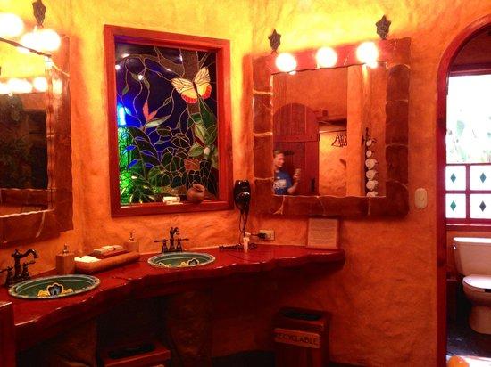 Peace Lodge: The bathroom