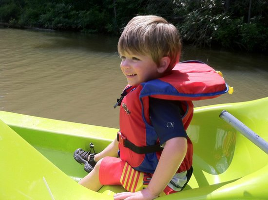 Hidden Creek Camping Resort : Paddle Boating in the pond.