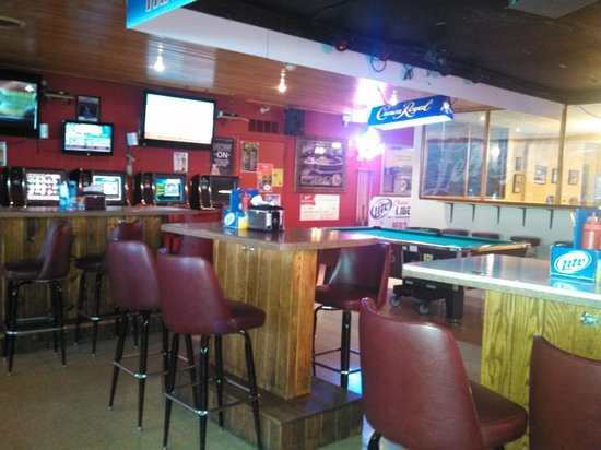 Red's : Mostly bar seating