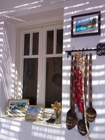 Tzi-Tzi Taverna: Κυκλαδίτικο παράθυρο (σήμα κατατεθέν).