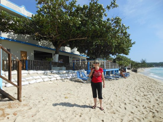 Travellers Beach Resort: Beach