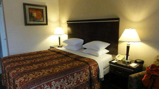 Super 8 Los Angeles-Culver City Area: Cama queen + 1 poltrona