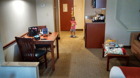Holiday Inn Express Hotel & Suites Erie (Summit Township) : Big room and dinette