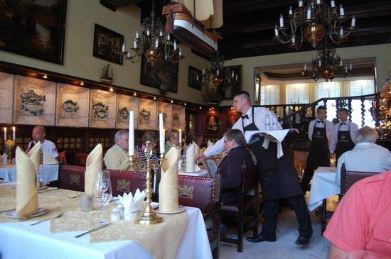 Pod Lososiem Restaurant: duża sala dolna