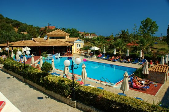Petros Hotel: pool by day