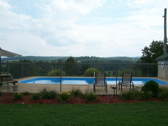 Carlton-Marion Inn: Pool and valley view