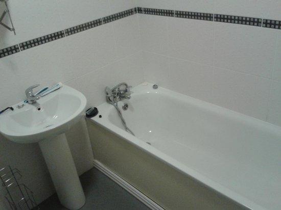 The Maiden Motel: Bathroom