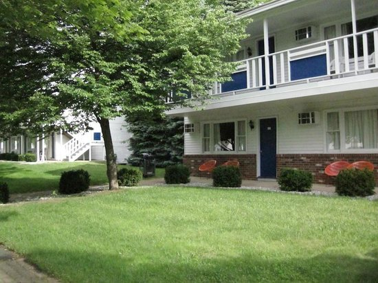 Americas Best Value Inn & Cottages: View of motel & Grounds