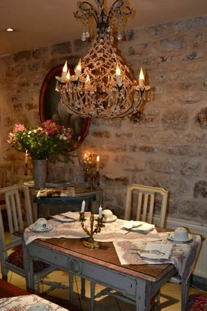 Hotel Caron de Beaumarchais: Breakfast in the Basement :)