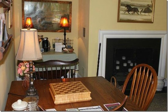 Alpine Haus Bed and Breakfast Inn: Cozy Game table in living room
