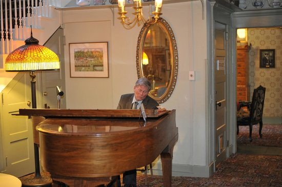 The Red Lion Inn : Piano Man - off main lobby