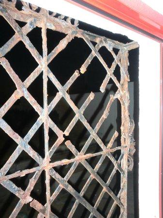 Surfcastle: rusty window!
