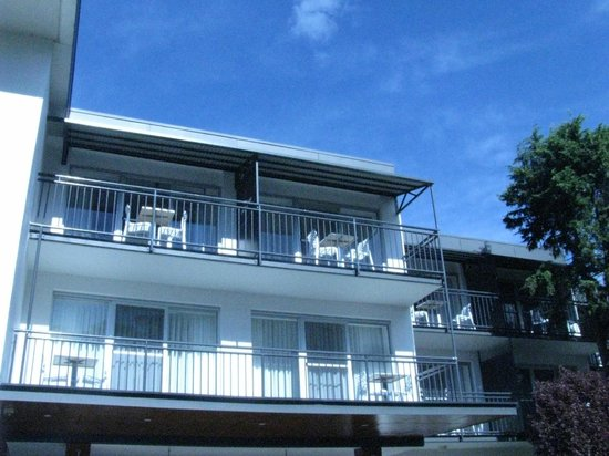 The Nelson Resort: View of Balcony from Street