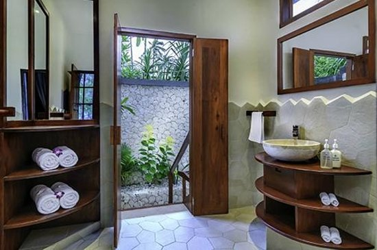 Wakatobi Dive Resort: Ocean Bungalow Bath leading to private outdoor shower