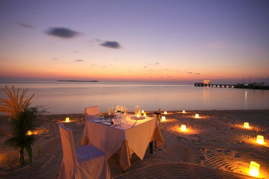 วากาโทบิ ไดฟ์ รีสอร์ท: Romantic dinners for two on Wakatobi's beach are unforgettable