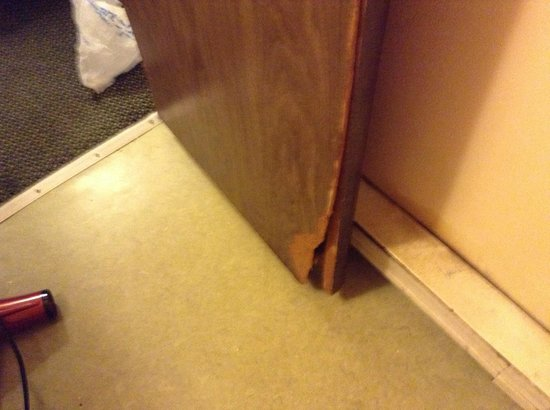 1st Interstate Inn: Rotten bathroom door filthy floor/wall/door. The whole place is filthy. Needs to be condemned.