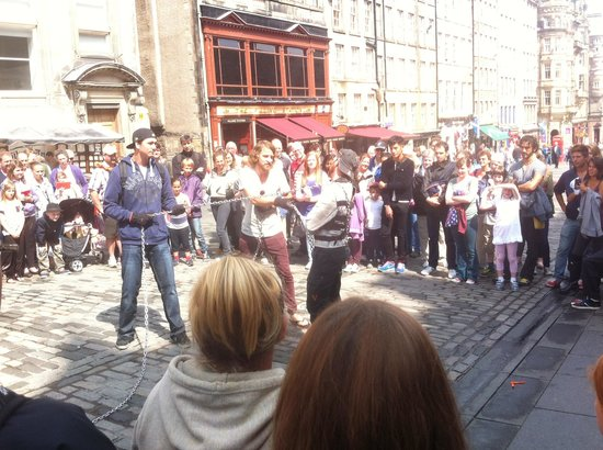 Stay Edinburgh City Apartments - Royal Mile : Just outside the apartment, free street entertainment!