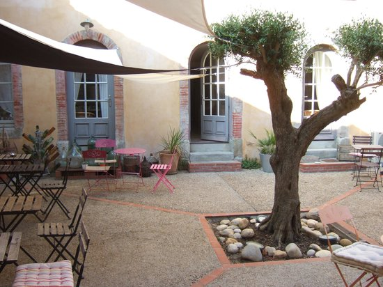 Maison Vieille B&B: the breakfast courtyard