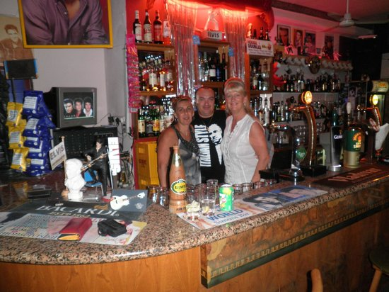The Elvis Tribute Bar And Diner : Me with Josie and Simon in the Elvis bar