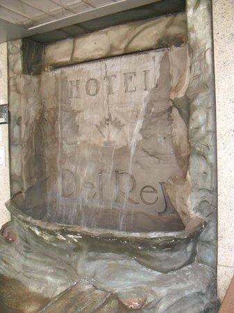 ديل ري: Pequena cascata de água localizada logo na entrada do hotel