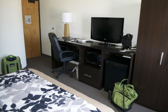 Sleep Inn & Suites: desk and tv, wardrobe