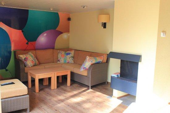Salon cottage premium enfant photo de center parcs de for Salon des enfants