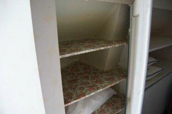 Steen's Hotel : Wäscheschrank - Verschlag in der Dachschräge