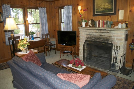 Thorp House Inn and Cottages : Living room with fireplace