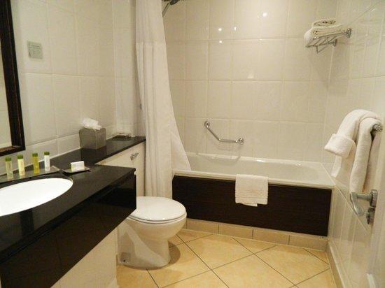 Doubletree by Hilton, Dunblane-Hydro: standard room bathroom