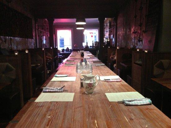 Lucky 7 Canteen: Fab big table.