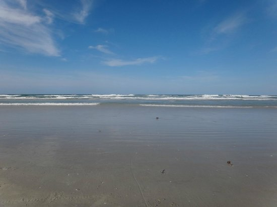 New Smyrna Town Beach: Low tide: compacted wet sand