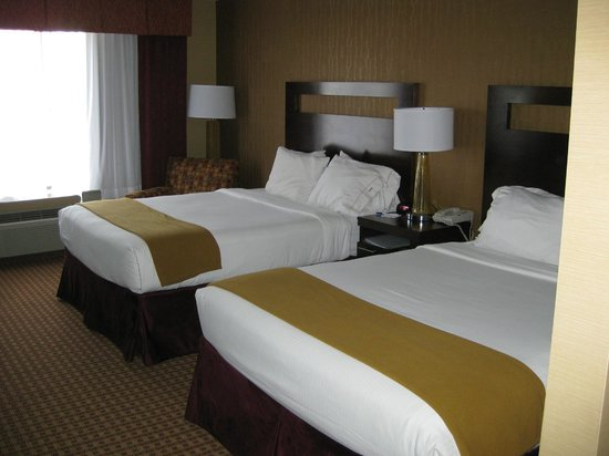 Holiday Inn Express Gillette: Two double beds with four pillows on each
