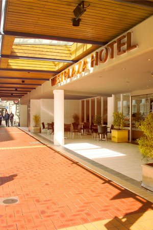 West Plaza Hotel: Hotel entrance