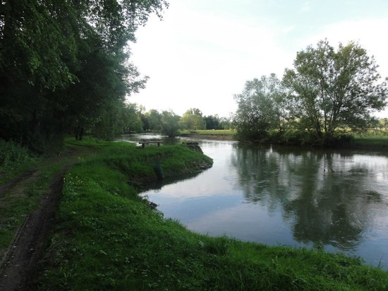 Chateau des Monthairons : Walk by River Meuse bordering Chaeau