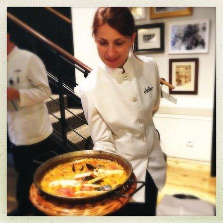 Elche: Waitress serving our meal