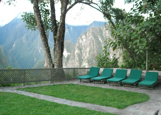 Belmond Sanctuary Lodge: places to rest in the external area of the hotel